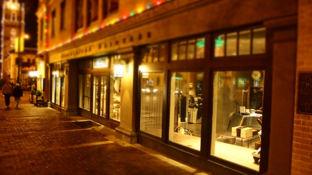20 theme ideas to decorate your store window